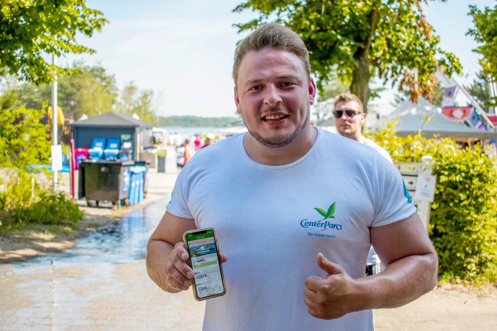 Kevin, medewerker Center Parcs De Vossemeren toont de Fit@Work app