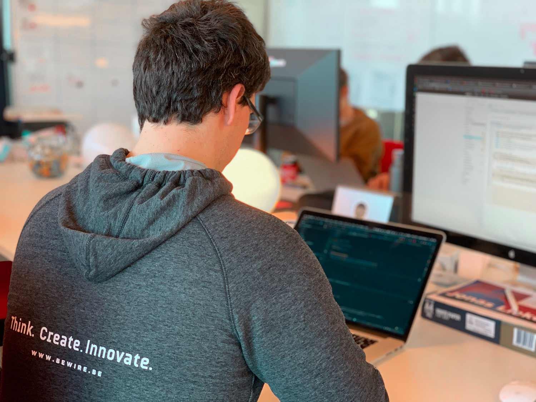 Backend Developer Jonas werkt in gegevens bij in een database