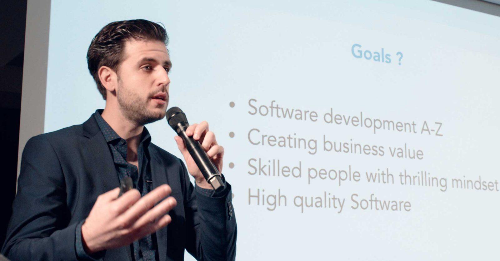 Luca spreekt over Software Delivery Center op de Bewire offsite