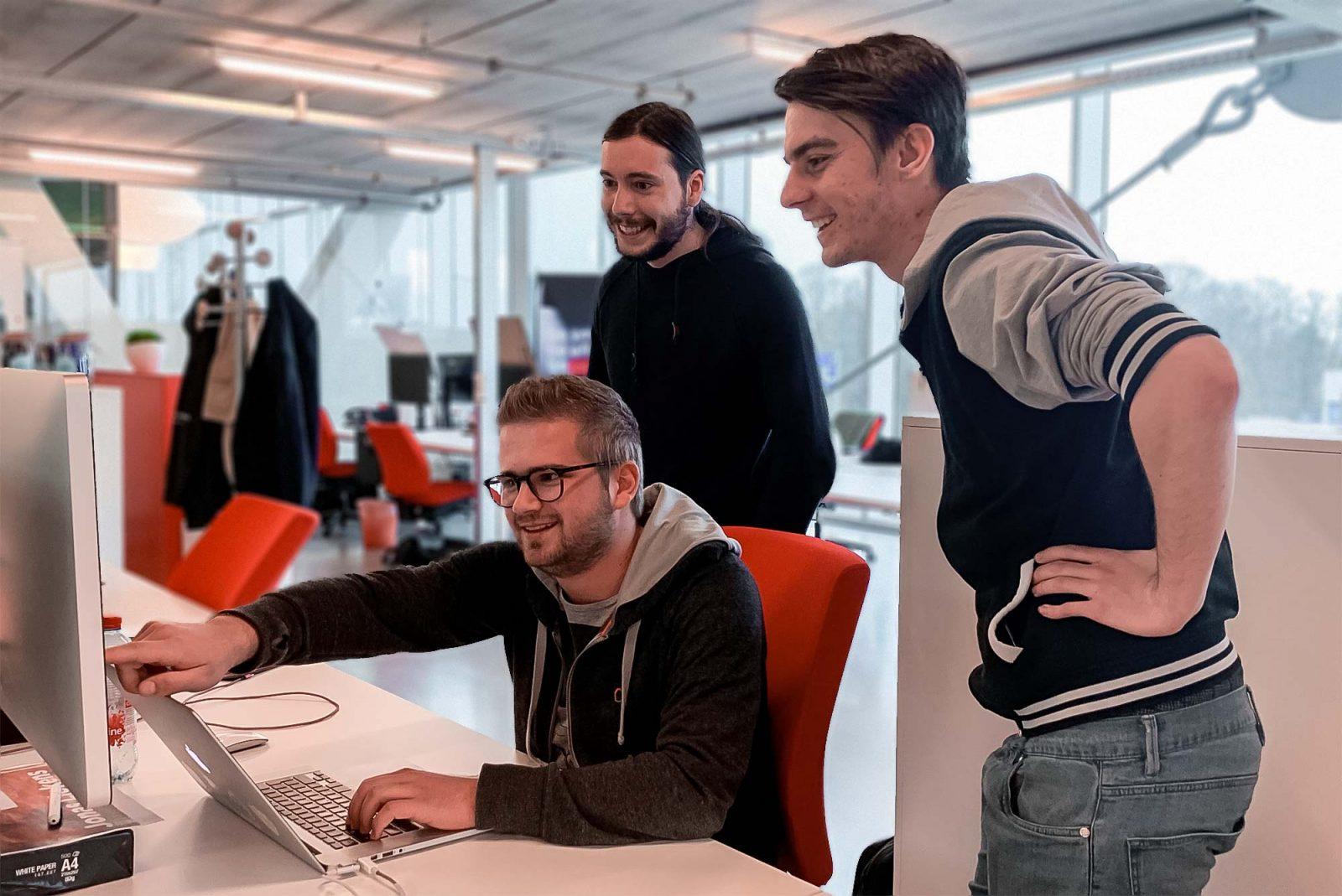 Software developers achter het scherm