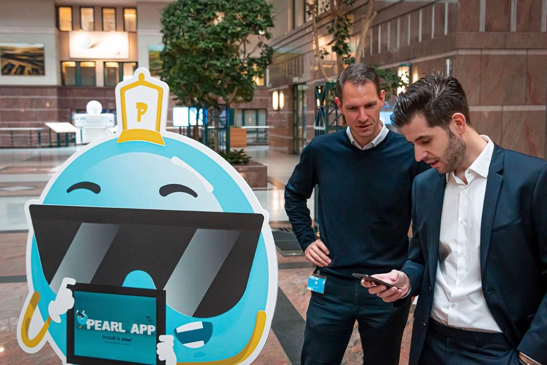 Stephan Garaleas van KBC en Luca Filippone van Codrigo naast de Pearl mascotte