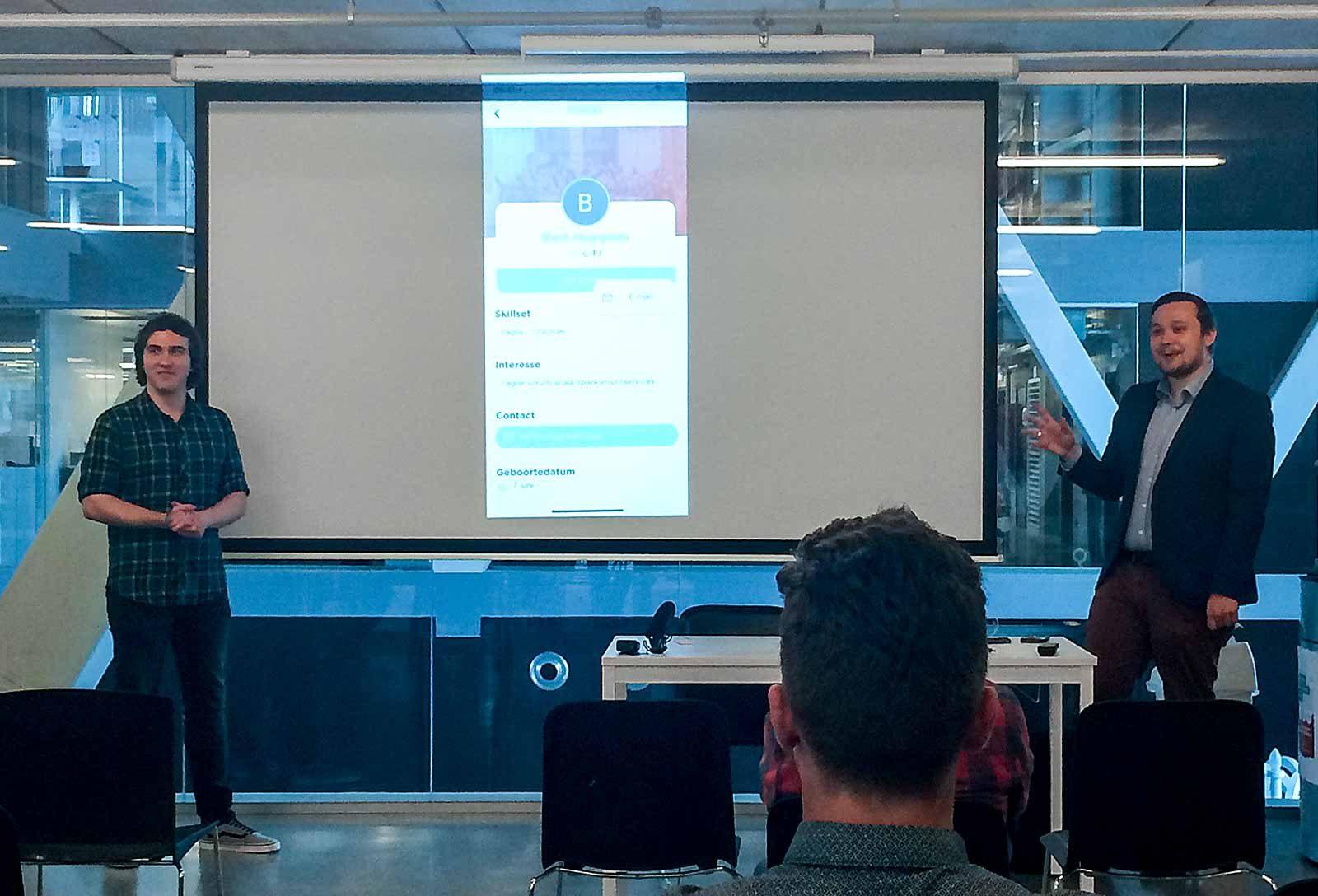 Cedric en Dario geven hun presentatie van de Who is Who applicatie