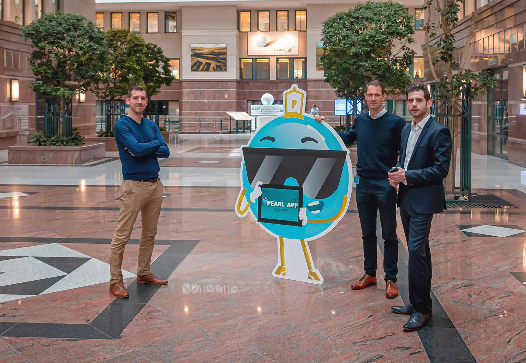 Kurt Kenis, Luca Filippone en Stephan Garaleas naast de KBC Pearl mascotte